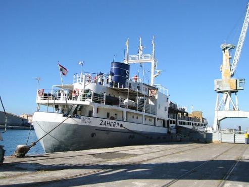 Transportschiff am Kai