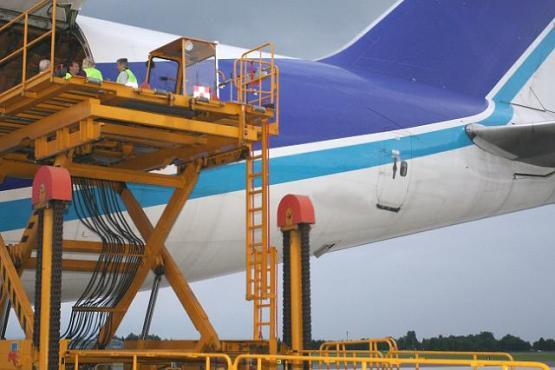Verladung Frachtflugzeug