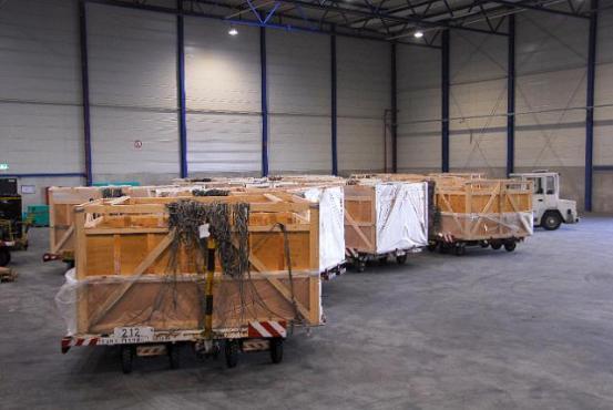 Boîtes de transport dans une salle