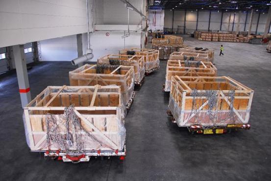 Boîtes de transport vides dans une salle