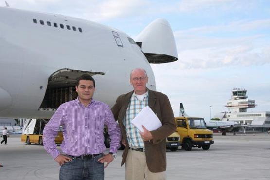 Фото Кристиан Клингер и второй человек перед самолетом в Казахстане